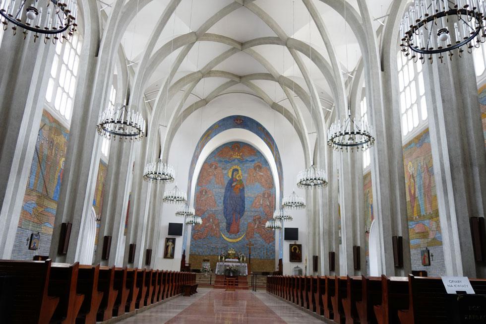 אולם התפילה המרשים בכנסיית סנט בובולה, שתכנן יאן בוגוסלאבסקי. שלד הבניין מהווה חלק בלתי נפרד מהאולם ועיצוב החלל מייצג שליטה מלאה בשילוב של אור וצבע (צילום: מיכאל יעקובסון)