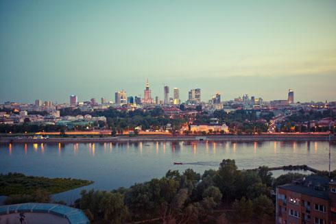 מבט מרחוק על נוף  המגדלים המתפתח של ורשה. הפולנים, בדומה לישראלים, עברו מעיצוב סגפני לאדריכלות ראוותנית, מונעת בכסף (צילום: Shutterstock)