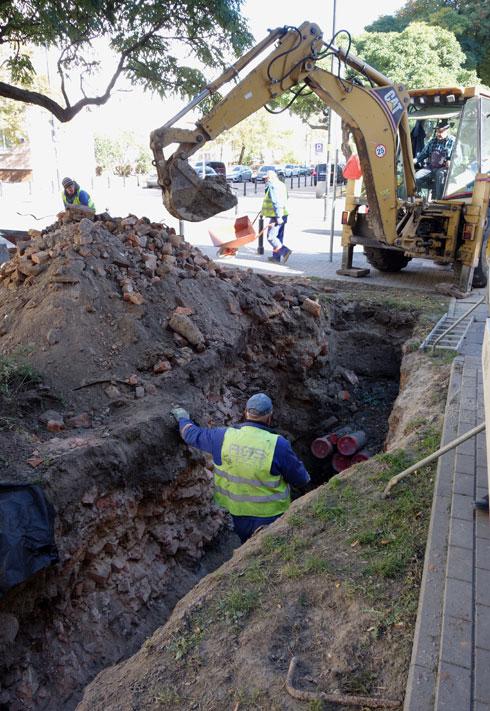 עבודות תשתית ברובע שבו היה הגטו היהודי. הבנייה המהירה כיסתה על ההסטוריה. בכל חפירה מוצאים שרידים (צילום: מיכאל יעקובסון)