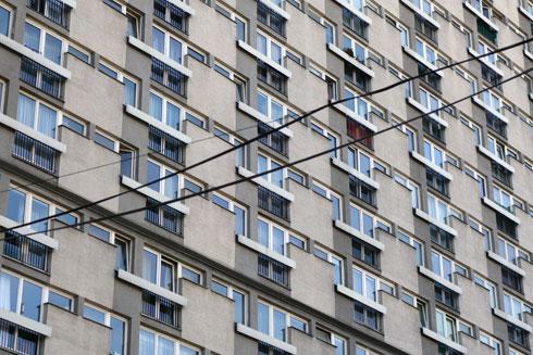 בכל בניין דחוסות מאות דירות זעירות יחסית, אך הבניינים מתוחזקים היטב (צילום: מיכאל יעקובסון)