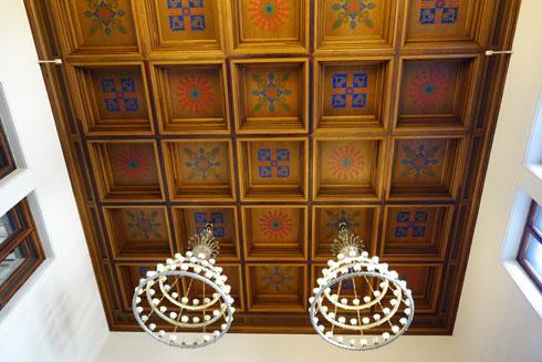 התקרה באחד מאולמות הארמון. חלק מהעיטורים נעקרו בהוראת האדריכל מארמונות אחרים והובאו לכאן (צילום: מיכאל יעקובסון)
