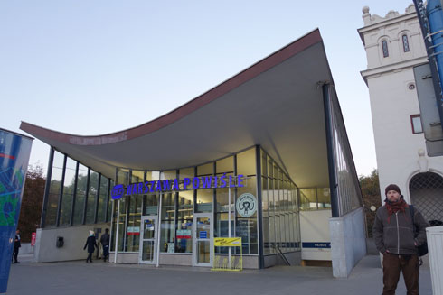 """מבנה התחנה העליון נבנה בסגון המכונה """"גוגי סוציאליסטי"""", שאפיין את הבנייה בקליפורניה בשנות ה-50 (צילום: מיכאל יעקובסון)"""