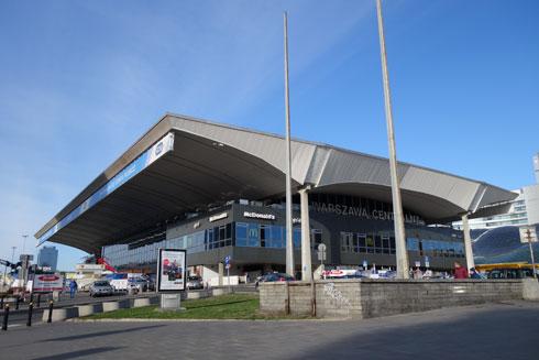התחנה המרכזית היא אחד משיאי הברוטליזם של פולין בשנות ה-70. גג הבטון נראה כמרחף באוויר (צילום: מיכאל יעקובסון)
