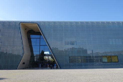 הכניסה לבניין המוזיאון, הנראה כקופסת זכוכית, מעניקה תחושה של היבלעות (צילום: מיכאל יעקובסון)
