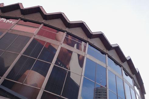 הגג של סניף הבנק, נראה כמו גג הקולוסאום בתל אביב (צילום: מיכאל יעקובסון)