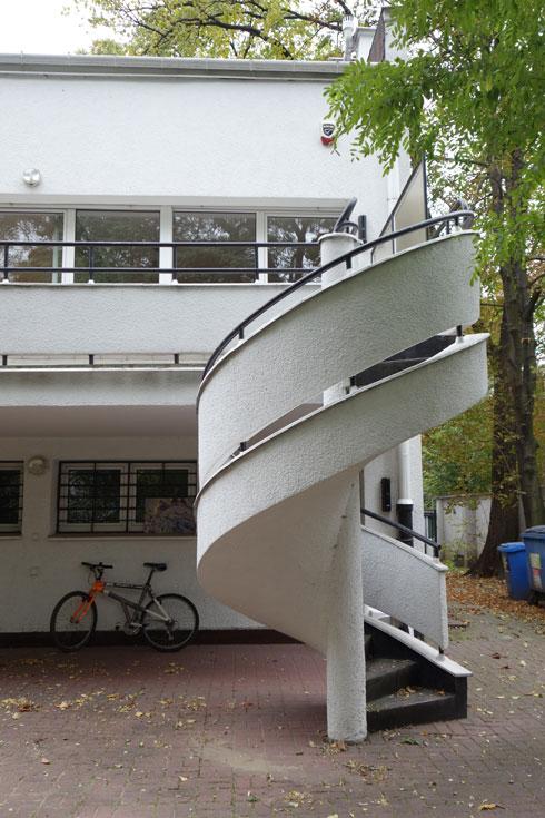 הווילה וגרם המדרגות הלולייניות ששומרו בשלמותם (צילום: מיכאל יעקובסון)