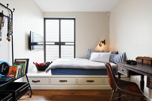 מיטת במה משמשת גם כמקום אחסון בחדרו של הנער (צילום: שי אדם)