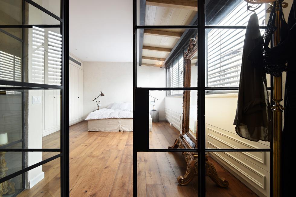 """סוויטת השינה של ההורים, מספרת קורי, היא החדר האהוב עליה בבית. """"הרעיון היה ליצור חלל שיופרד משאר החדרים ויהווה מפלט עם שקט ושלווה של קן אוהבים""""  (צילום: שי אדם)"""