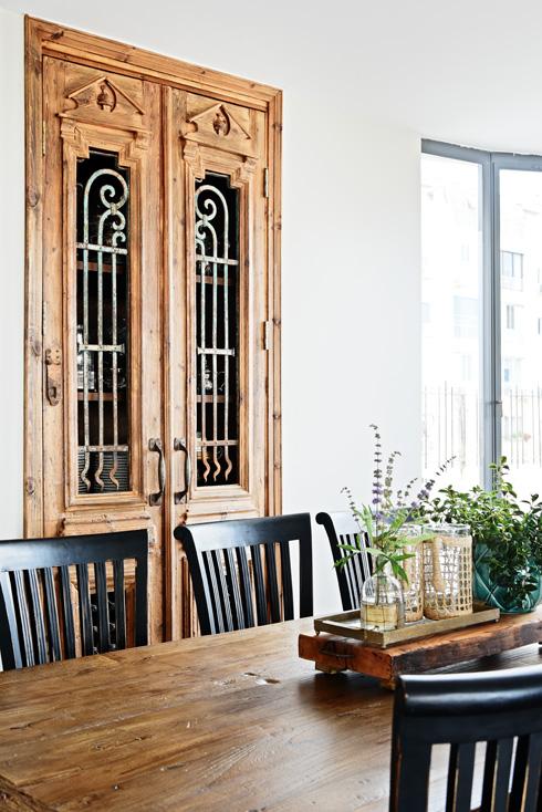 בפינת האוכל כניסה למזווה המורכבת מזוג דלתות מפירוק שעברו רסטורציה (צילום: שי אדם)