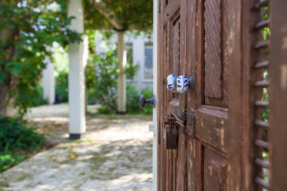 בחו''ל קוראים לזה rustic - סגנון מחוספס יותר, פשוט, ראשוני. בישראל המבט הוא לכיוון אירופה: דלתות הכניסה המועדפות, למשל, יהיו מ''פירוק'' של מבנה עתיק. בתמונה: ביתה של המעצבת מיכל וייסמן ברמת השבים (צילום: שירן כרמל )
