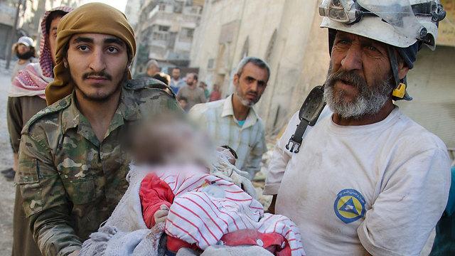 גופת תינוקת שחולצה מבין ההריסות. חלב (צילום: AFP) (צילום: AFP)
