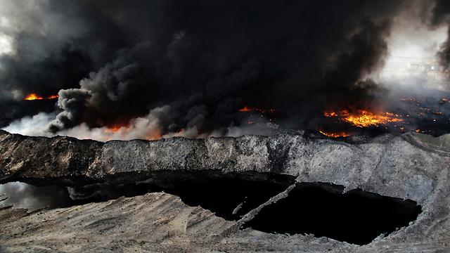 אם לא אנחנו, אף אחד. בארות נפט שדאעש הצית בעיראק (צילום: AP) (צילום: AP)