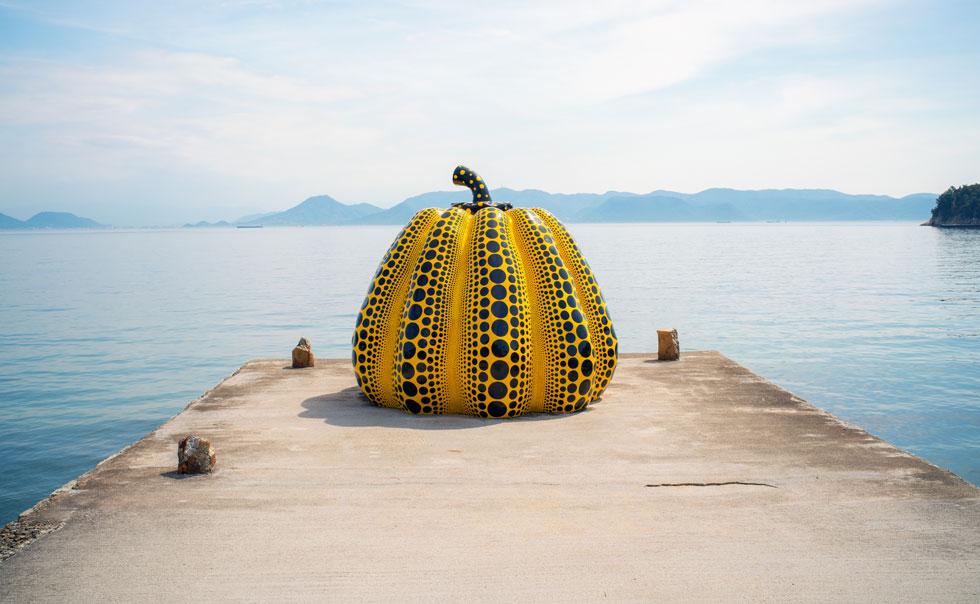 בגן הפסלים הפתוח של נאושימה, על קו המים, עבודה של האמנית היפנית הנודעת יאיוי קוסמה  (צילום: Shutterstock)