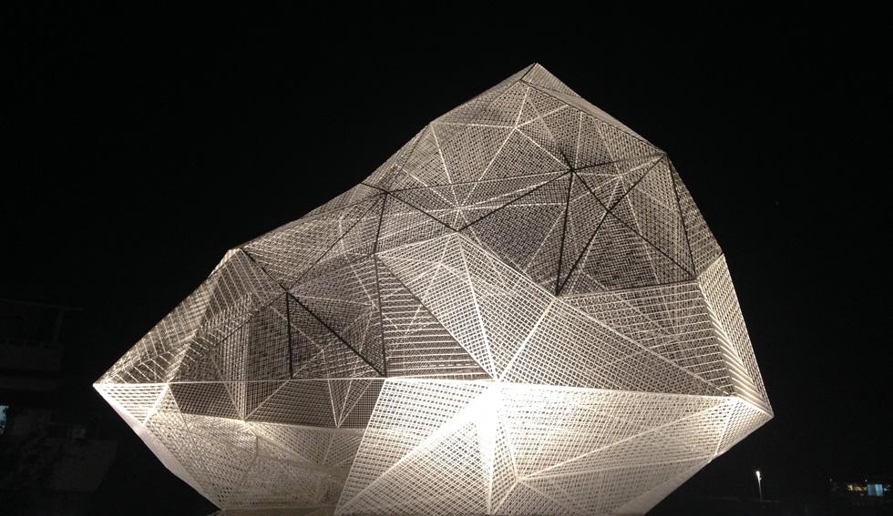 ביתן נאושימה, שתכנן האדריכל היפני סו פוג'ימוטו ב-2015, לרגל פסטיבל האמנות הבינלאומי שהתקיים באיים. פוג'ימוטו הרכיב מבנה מרובה משטחים גיאומטריים. המבקרים יכולים להיכנס לתוכו (צילום: הילה שמר)