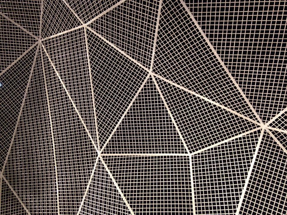רשת הנירוסטה הלבנה ממנה עשוי ביתן נאושימה, שגובהו המקסימלי כשבעה מטרים (צילום: הילה שמר)