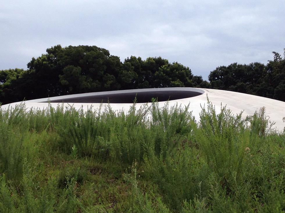 מוזיאון טשימה לאמנות, שתכנן האדריכל היפני רו נישיזאווה, מורכב משתי כיפות לבנות, הבולטות בנוף ההררי של האי, ומדמות שתי טיפות מים המחליקות על דופן גבעה, ברגע המפגש שלהן עם הקרקע (צילום: הילה שמר)