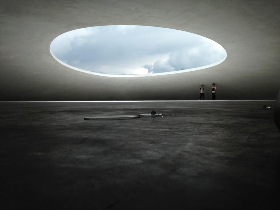 חלל הכיפה הגדולה הוא לבו של המוזיאון. בתקרה פעורים שני פתחים אליפטיים המכניסים אור טבעי ומי גשמים אל חלל העוטף. דרך הפתחים, הלא מקורים, ניתן להביט אל השמים כשקולות הרוח, הים והצמחייה מהדהדים על קירות הבטון (צילום: הילה שמר)