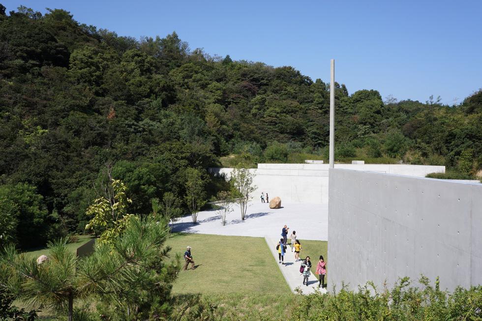 מוזיאון לי אופן בנאושימה, שתכנן האדריכל היפני טדאו אנדו, מסתתר מאחורי סבך טבעי וירוק. חללי התצוגה שלו משרתים נאמנה את עבודות המיצב וההקרנה של אופן. אם אדריכלות יכולה ליצור שקט, זה בהחלט המקרה (צילום: Kentaro Ohno, cc)