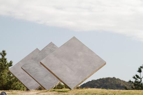 בגן הפסלים. עבודה של האמן האמריקאי דן גרהאם (צילום: Kimon Berlin, cc)