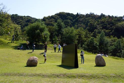 עבודות של לי אופן בחצר המוזיאון שלו. מבנה המוזיאון מוסתר מאחורי צמחיה טבעית (צילום: Kentaro Ohno, cc)