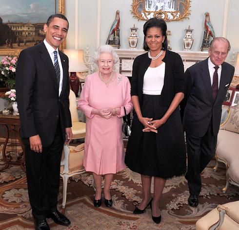 הקרדיגן עורר סערה. מישל אובמה בפגישה עם אליזבת מלכת אנגליה (צילום: Gettyimages)