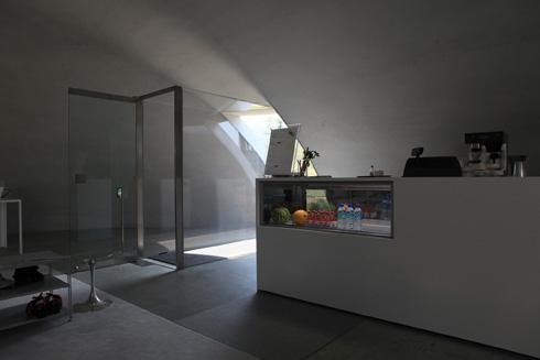 בחלל הכיפה הקטנה יש בית קפה שבו מוגשת תוצרת מקומית (צילום: Ryue Nishizawa, cc)