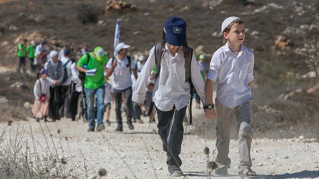 A 'pilgrimage' from Ofra to Amona during Sukkot (Photo: Ohad Zwigenberg)