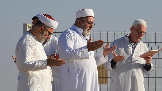 Samaritans praying on Mt. Gezirim (Photo: EPA)