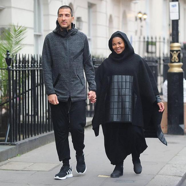 ג'קסון לבושה בצניעות עם בעלה (צילום: XPOSURE photos)