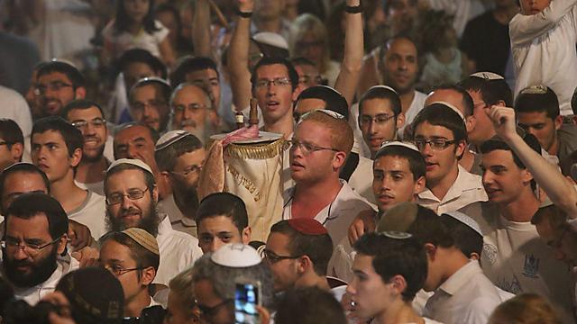 Празднование Симхат-Тора в Тель-Авиве. Фото: Моти Кимхи
