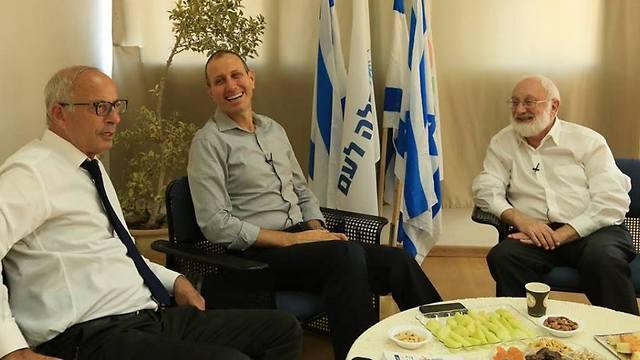 רגישים לאחדות. ראש עיריית נשר, מר אבי בינמו, וראש עיריית עכו, מר שמעון לנקרי (צילום: קבלה לעם)