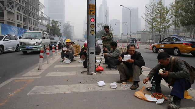 מהגרי עבודה בסין (צילום: EPA)
