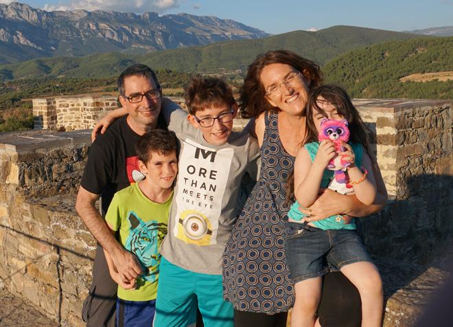 """עם הבעל והילדים בספרד, 2016. """"גם אצלנו הילדים רבים במושב האחורי"""" (צילום: מתוך האלבום הפרטי)"""