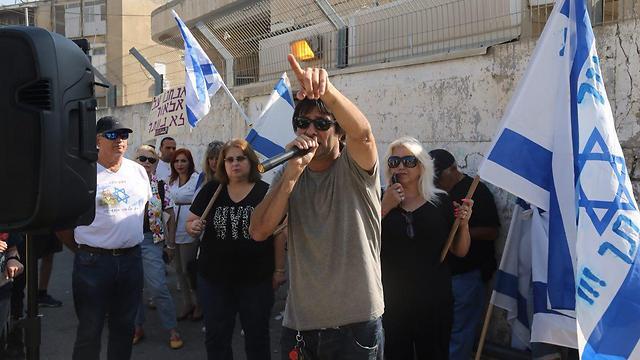 תומכיו של אזריה מחוץ לבית הדין ביפו (צילום: מוטי קמחי) (צילום: מוטי קמחי)