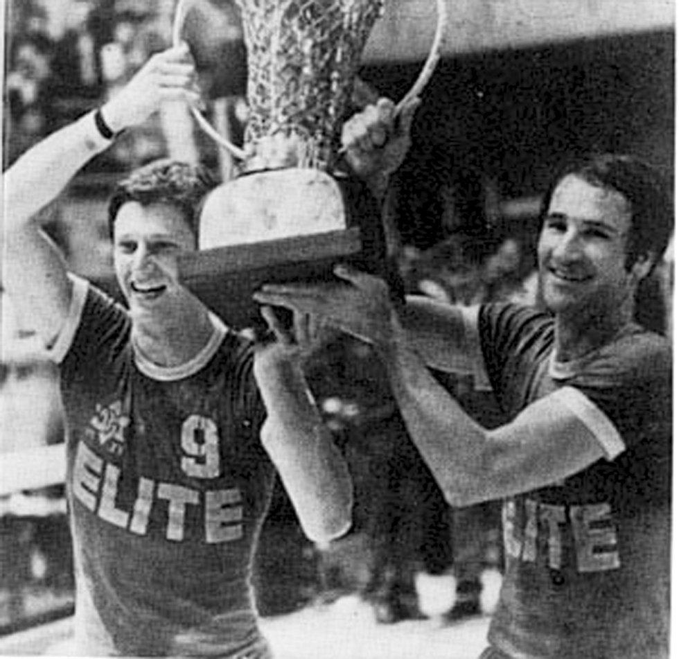 טל ברודי ומיקי ברקוביץ' מניפים את גביע אירופה ב-1977 (צילום: יוסי רוט) (צילום: יוסי רוט)