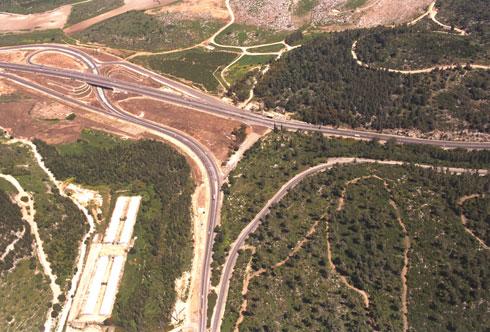 """למה לא מנהרות? הפגיעה בנוף הארץ בדרך לירושלים התחילה בעשורים הקודמים (בתצלום), אך מגיעה כעת לשיא (צילום: משה מילנר, לע""""מ)"""