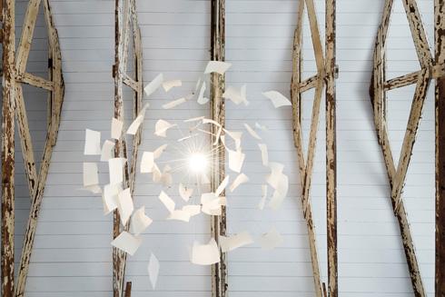 מנורת zettelz-6 של אינגו מאורר תלויה מתקרת העץ  (צילום: גדעון לוין)