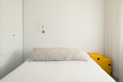 חדר השינה קטן ופשוט (צילום: גדעון לוין)