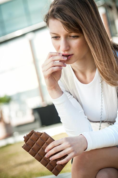 לרוב אכילה רגשית מתרחשת בהיסח הדעת, ומלווה ברגשי אשמה וחרטה לאחר המעשה (צילום: Shutterstock)