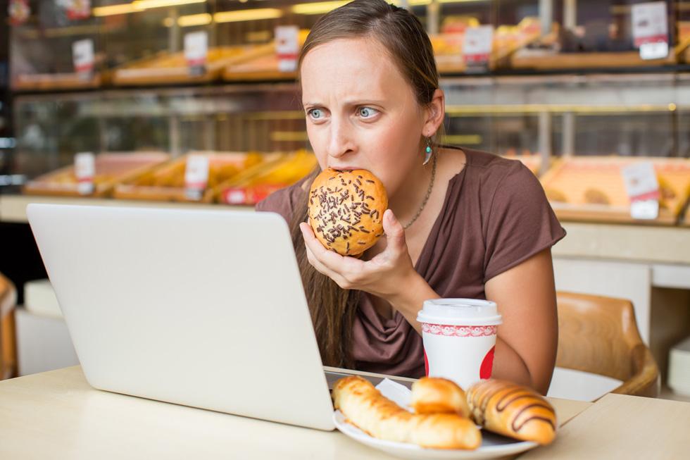 אכילה רגשית נוטה להופיע בפתאומיות והיא כמו בור ללא תחתית (צילום: Shutterstock)