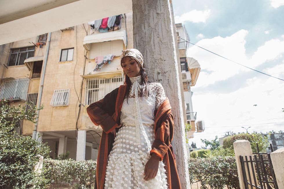 חולצה וחצאית, רושה במאדאם דה פומפדור; מעיל, רנואר; מטפחת, אוסף פרטי (צילום: רותם לבל)