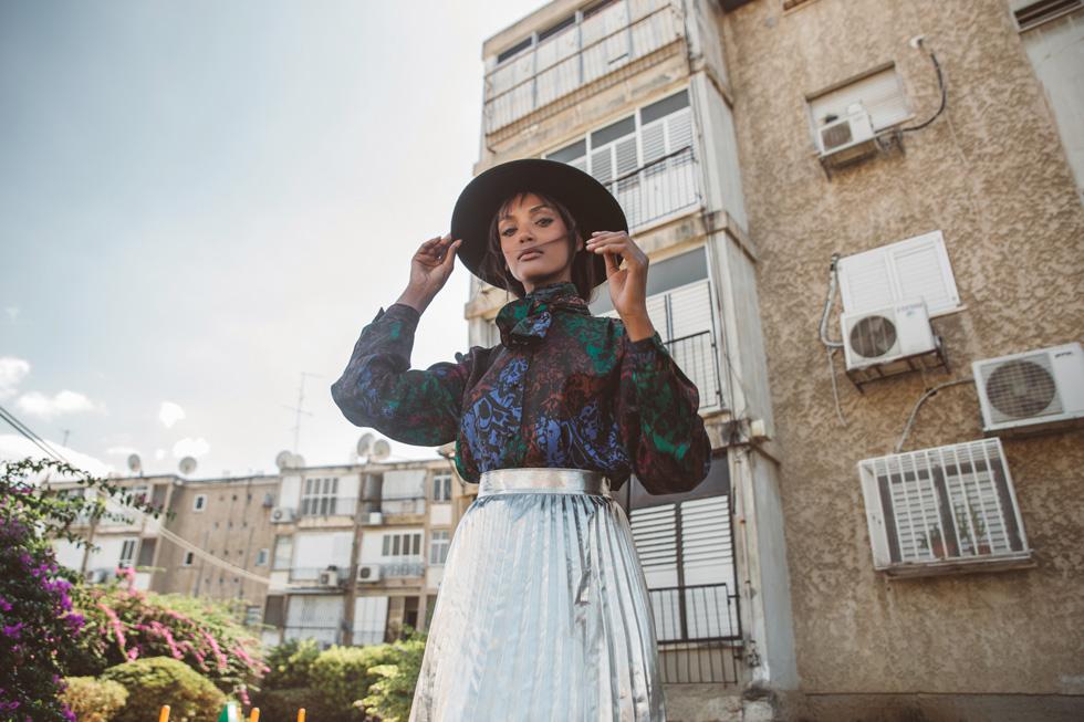חולצה, איתי גונן; חצאית, כובע ונעליים – זארה (צילום: רותם לבל)