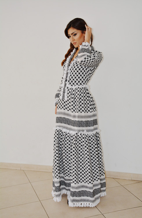 """""""הפלסטינים הלא ישראלים האשימו אותה שהיא לובשת בגד פלסטיני, והפלסטינים בישראל לא אהבו שהיא לובשת מעצבת ישראלית"""". קאחלי בשמלה של דודו בר אור (צילום: Lilac Magazine- Musa Bsul)"""