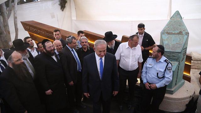 ראש הממשלה נתניהו לצד האנדרטה החדשה (צילום: מוטי קמחי) (צילום: מוטי קמחי)