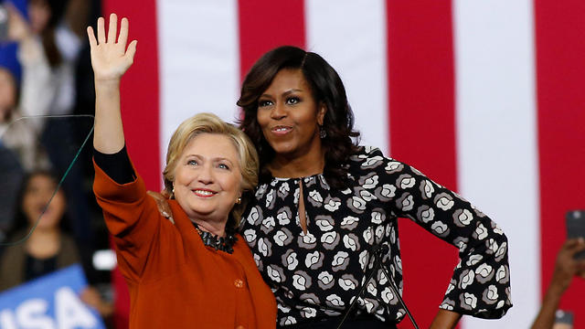 הילרי קלינטון ומישל אובמה. הפעם, כנראה, שתיהן בחוץ (צילום: EPA) (צילום: EPA)