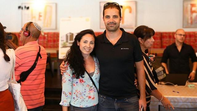 ערן ומריאנה אסף באירוע בחירת דירות מחיר למשתכן, היום בקריית מוצקין (צילום: תום סיימון)