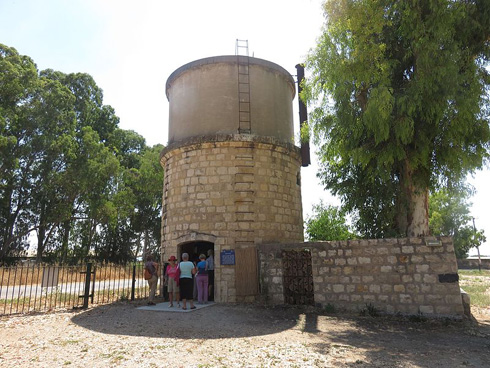 מגדל המים בכפר יהושע (צילום: מתוך פיקיויקי)