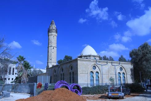 המסגד בזמן העבודות. מחכים לעוד תקציב כדי לסיים את הפרויקט, שנעשה ב''עשירית המחיר'' כהגדרת אדריכל השימור זאב גור (צילום: מועצה לשימור אתרי מורשת בישראל, נטע רוזנבלט)
