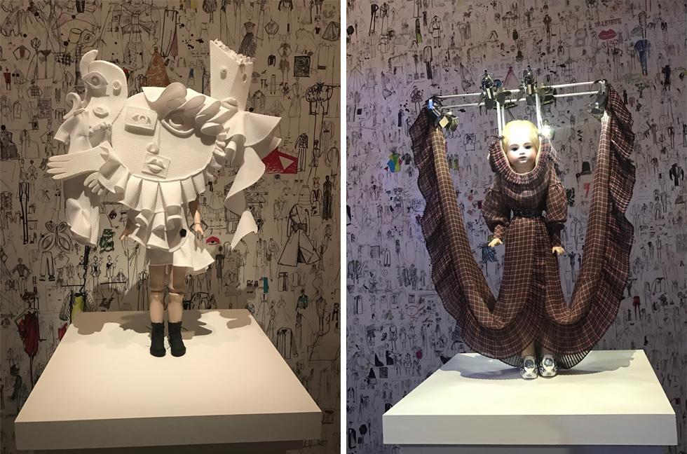 את ההצגה גונבות 22 בובות מיניאטוריות הלבושות בדגם מייצג מכל קולקציה. התערוכה של ויקטור & רולף במלבורן (צילום: הדס שואף)