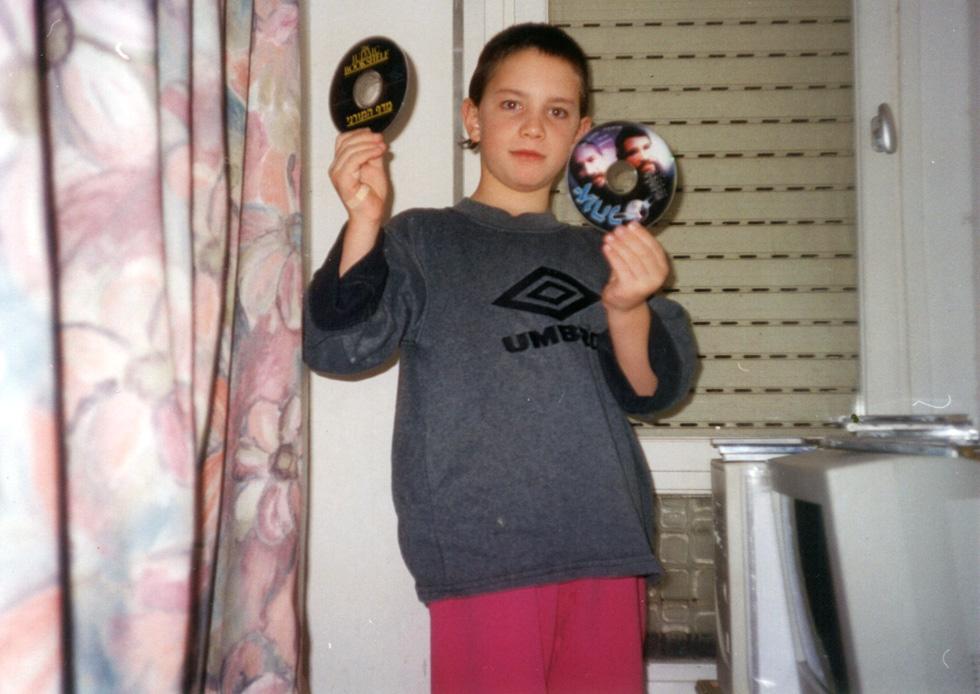 """""""בבית תמיד היה לי מחשב, למרות שבחדר אסרו עלינו להכניס מחשבים לבתים, ושיחקתי כדורגל עם הילדים של כולם"""" (צילום: מתוך אלבום פרטי)"""